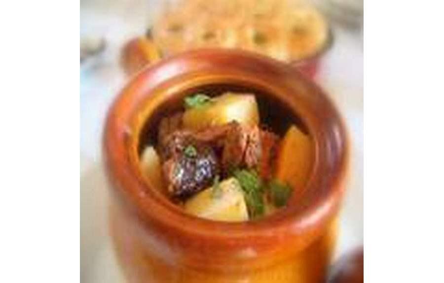 Баранина с черносливом и картофелем в горшочках