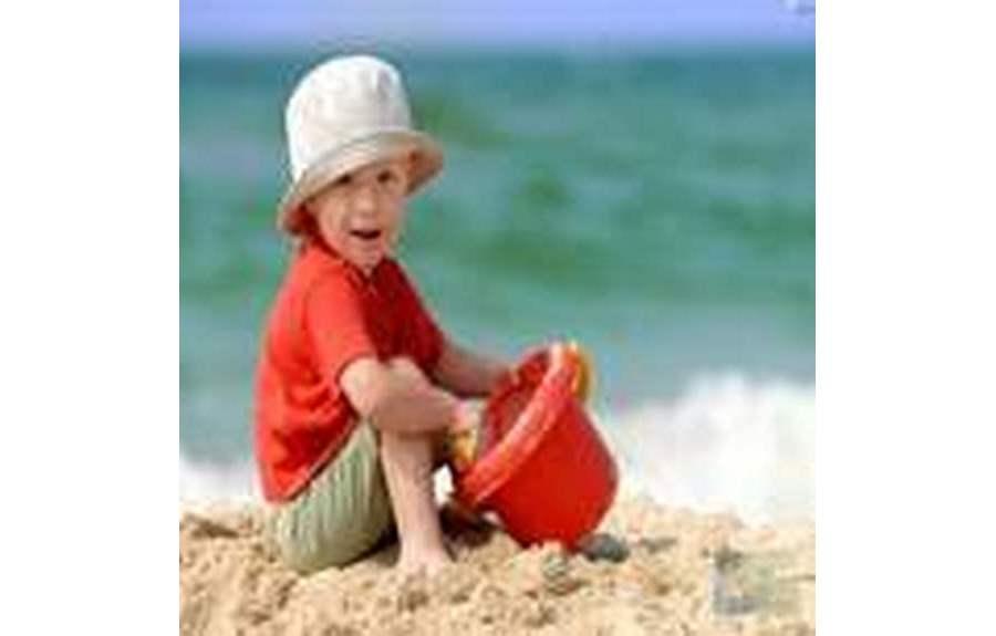 Как защитить ребенка от солнца на пляже
