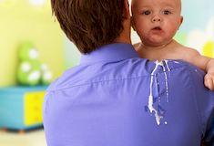 Почему новорожденный много срыгивает после кормления